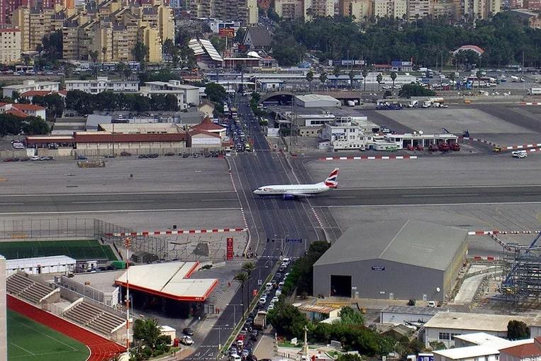 Aeropuerto Internacional de Gibraltar, Territorio Británico de Ultramar