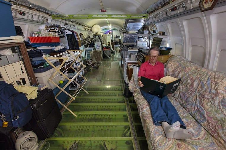 El interior del avión convertido en casa